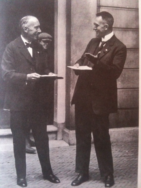 Arie Keppler (links) en Pieter Bakker Schut tijdens een congres in 1925.