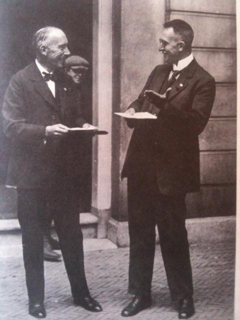 Arie Keppler (links) en Pieter Bakker Schut tijdens een congres in 1925.